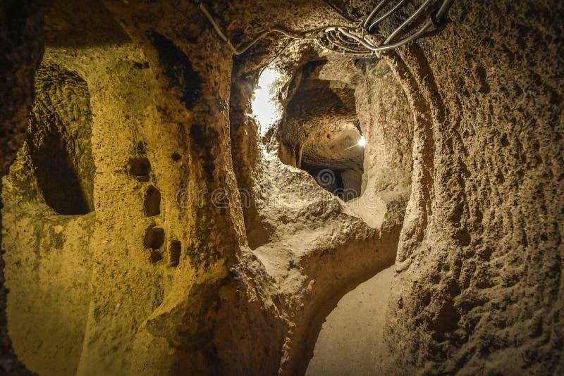 De ondergrondse stad van Derinkuyu is een oude holstad op verscheidene niveaus in Cappadocia, Turkije stock fotografie