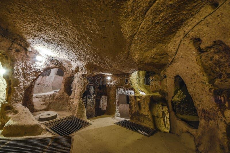 De ondergrondse stad van Derinkuyu is een oude holstad op verscheidene niveaus in Cappadocia, Turkije royalty-vrije stock foto