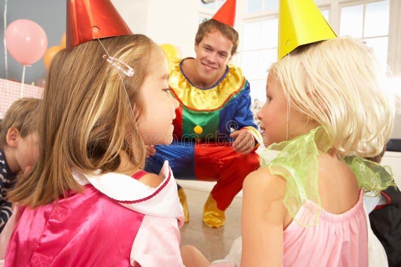 De onderhoudende kinderen van de clown bij partij stock foto's