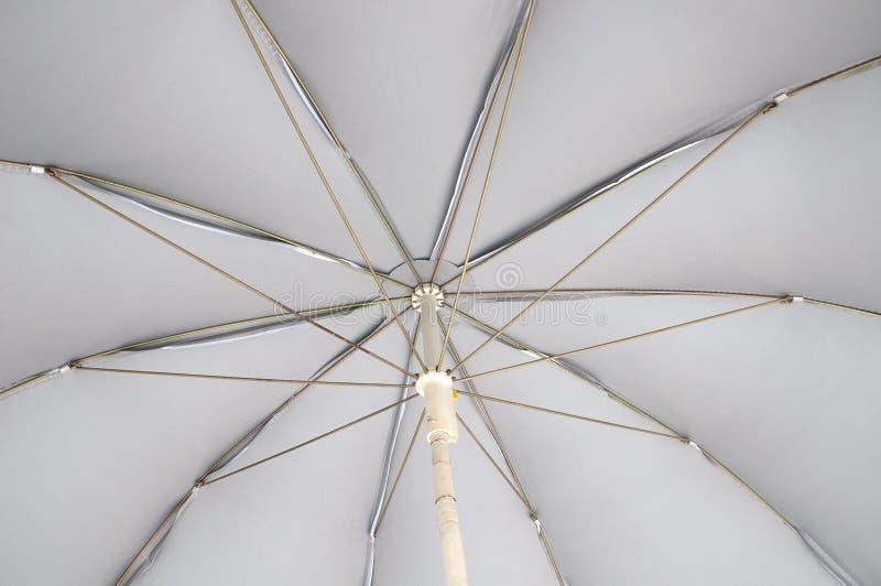 De onderkant van een lichtgrijze paraplu stock afbeeldingen