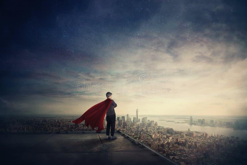 De onderneemster als zekere superhero met rode kaap bevindt zich op het dak kijkend over stadshorizon Ambitie en bedrijfssucces royalty-vrije stock afbeelding