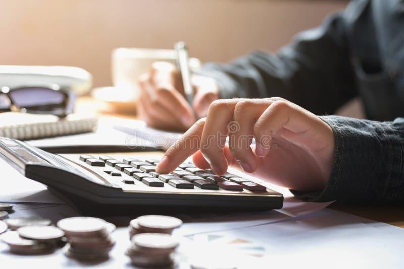 de onderneemster die calculator gebruiken voor berekent financiënboekhouding stock afbeelding