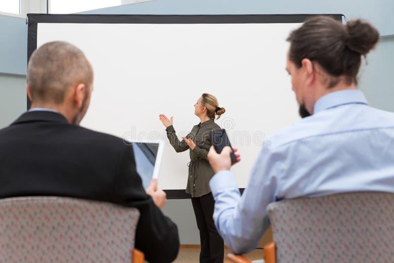 De onderneemster doet een presentatie royalty-vrije stock foto