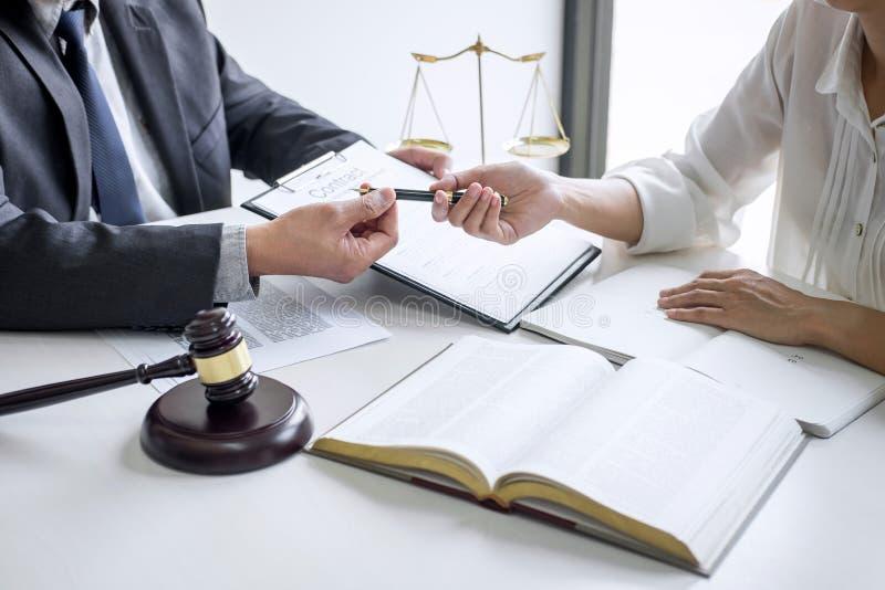 De onderneemster en de Mannelijke advocaat of de rechter raadplegen en conferentie die teamvergadering cli?nt bij advocatenkantoo stock afbeelding