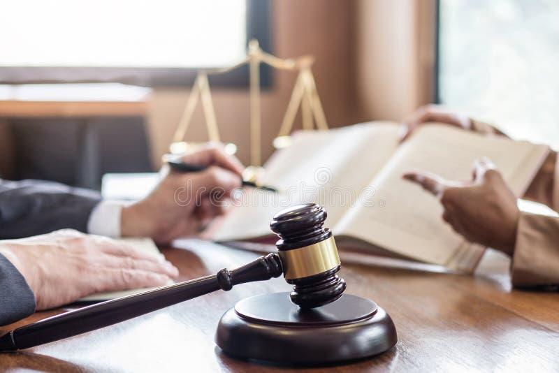 De onderneemster en de Mannelijke advocaat of de rechter raadplegen het hebben van teamvergadering cli?nt, Wet en de Juridische d royalty-vrije stock foto