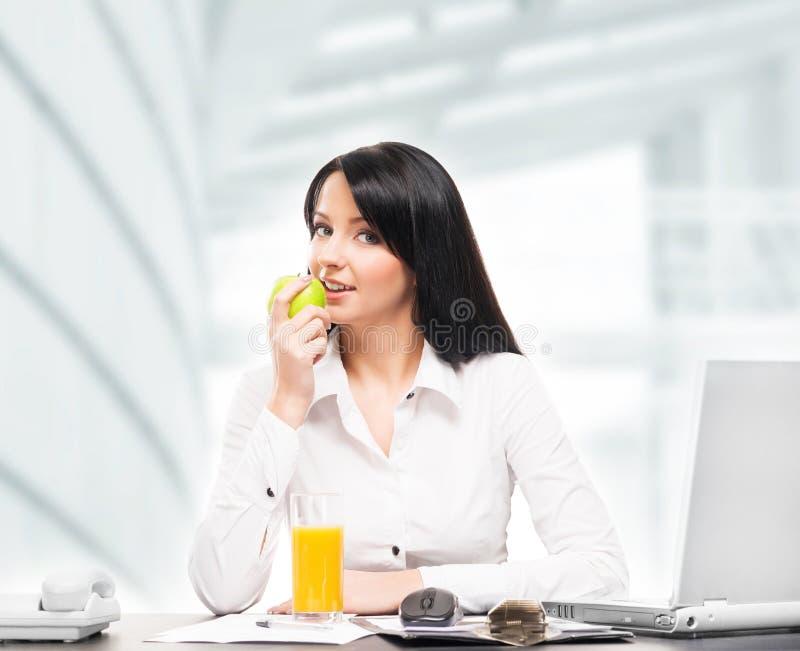 De onderneemster heeft een vegetarische lunch in het bureau stock foto