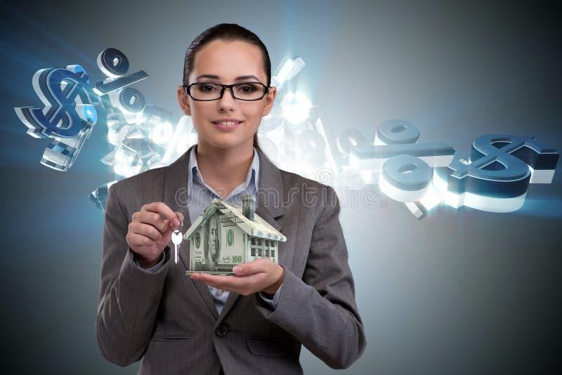 De onderneemster in het concept van de onroerende goederenhypotheek stock foto's