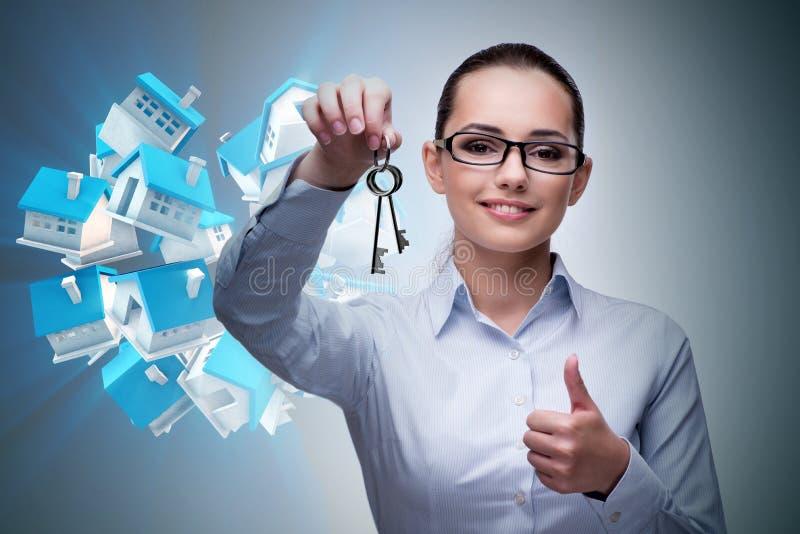 De onderneemster in het concept van de onroerende goederenhypotheek royalty-vrije stock afbeeldingen