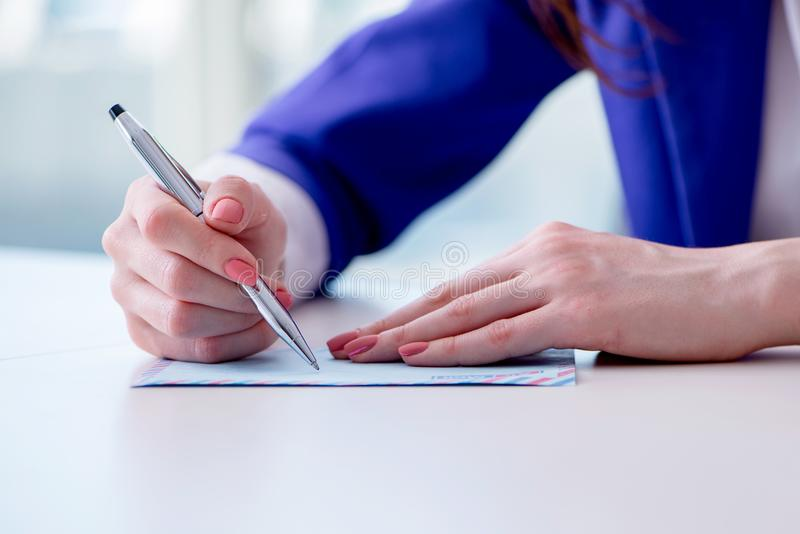 De onderneemster het schrijven nota's bij bureau stock foto's