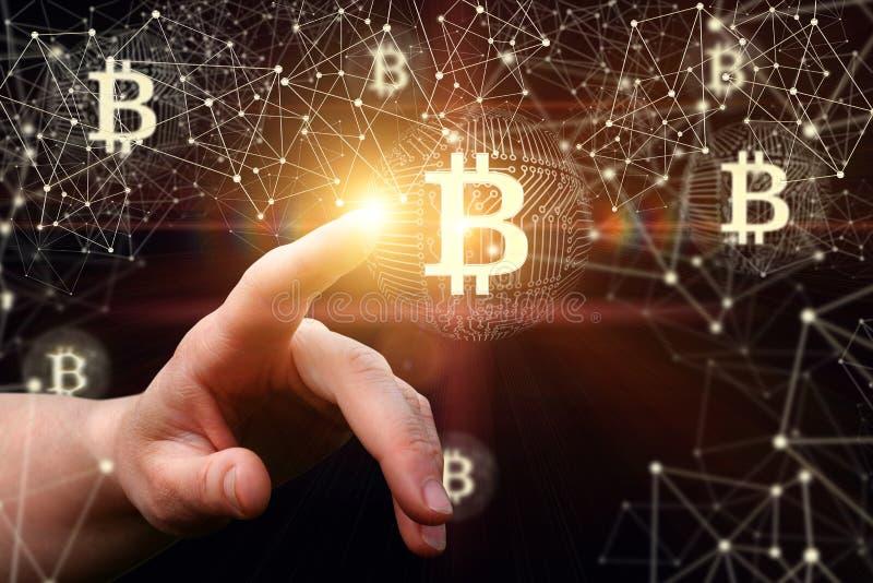 De onderneemster klikt bitcoin op het netwerk stock foto's