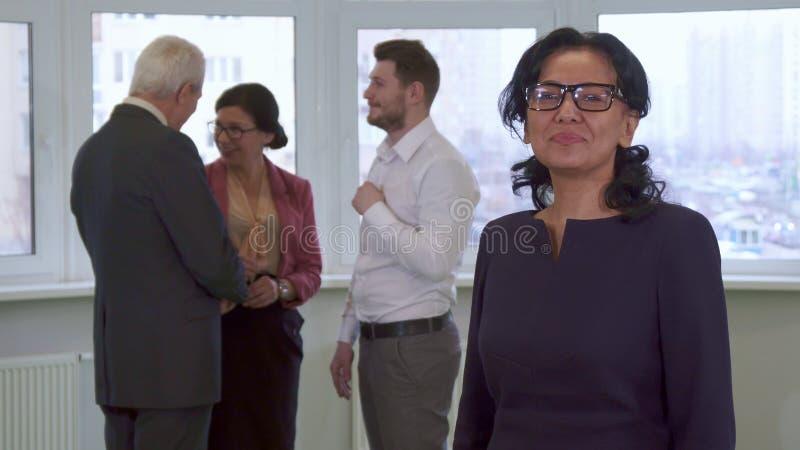 De onderneemster stelt op het kantoor royalty-vrije stock afbeelding