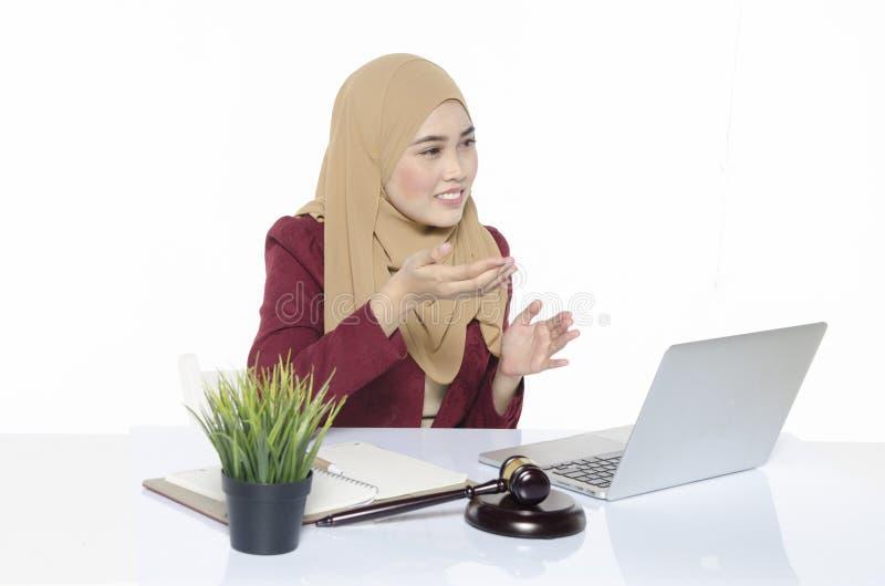 de onderneemster van het glimlachgezicht met hijab zitting en het spreken gebaar royalty-vrije stock afbeelding
