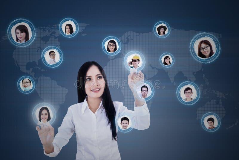De onderneemster verbindt digitaal met teamleden vector illustratie