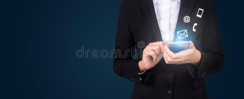 De onderneemsters overhandigen het gebruiken van slimme telefoon, contacteren ons conc verbinding stock afbeeldingen