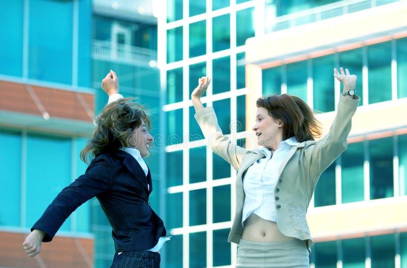 De onderneemsters springen voor de Blauwe Tint van de Vreugde royalty-vrije stock afbeelding
