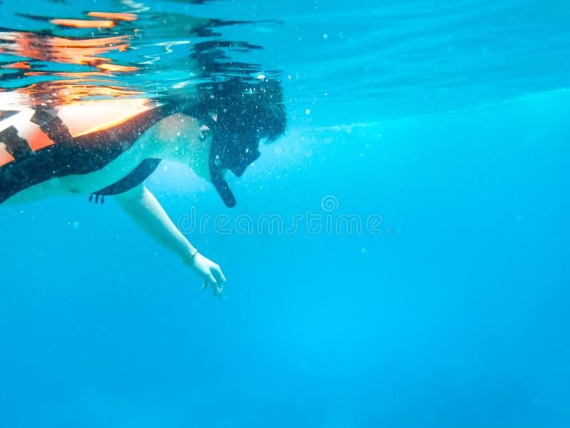 De onderwaterwereld met snorkelt duiker in Phangnga, Thailand stock foto's