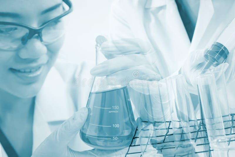 De onderzoekers testen bacteriën in het laboratorium stock foto's