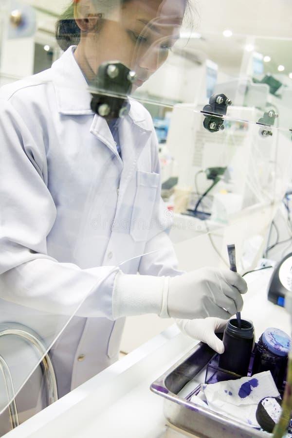 De onderzoekerswerken in het laboratorium royalty-vrije stock afbeelding