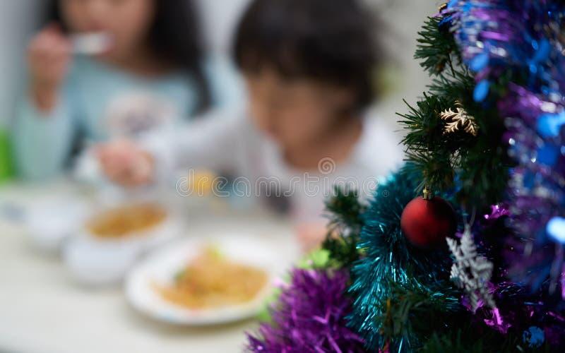 De onduidelijk beeldfoto van jonge geitjes het eten en geniet Kerstmis van partij en nieuw jaar stock afbeelding