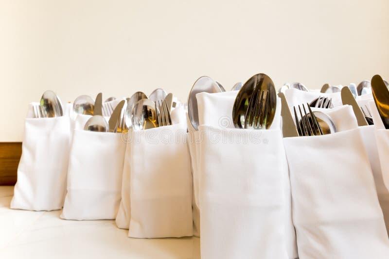 De de onechte vork en lepel van het restaurantservet in servetreeks stock foto's