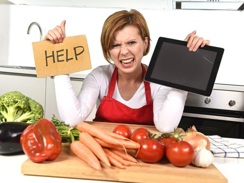 De onervaren vrouw van de huiskok in het rode schort gillen wanhopig en gefrustreerd bij binnenlandse keuken in spanning stock foto's