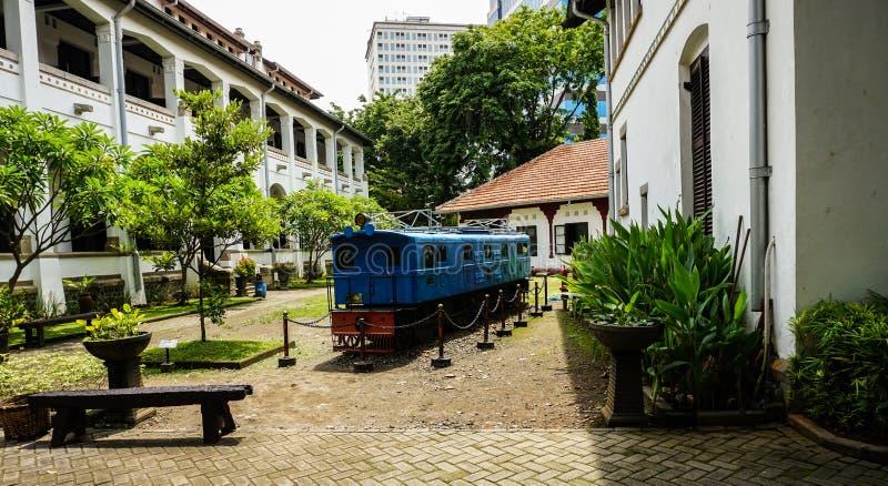 De ongebruikte blauwe oude die trein bij de foto van Lawang Sewu in Semarang Indonesië wordt genomen stock foto's