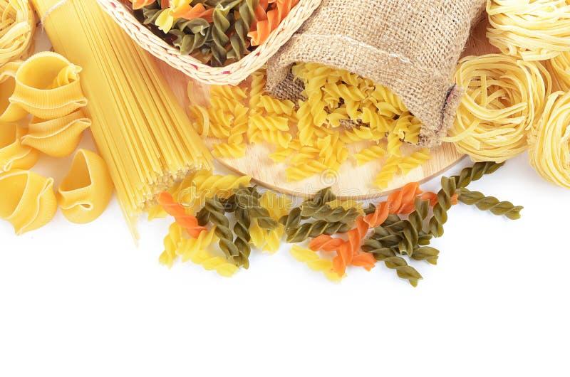 De ongekookte macaroni van de deegwarenspaghetti die op witte achtergrond wordt geïsoleerd royalty-vrije stock afbeeldingen