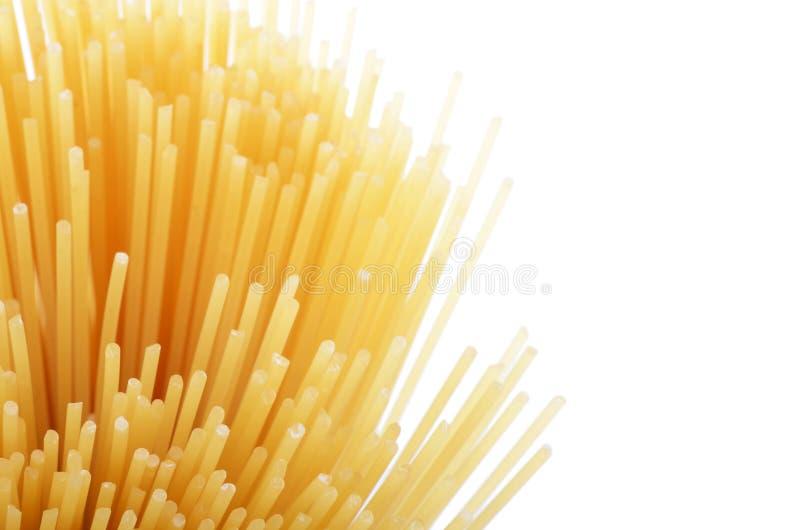 De ongekookte macaroni van de deegwarenspaghetti die op witte achtergrond wordt geïsoleerdo royalty-vrije stock foto's