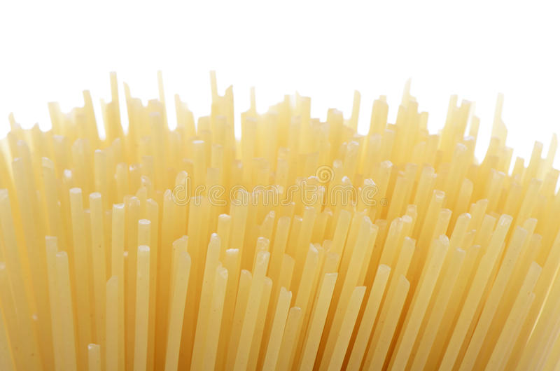 De ongekookte macaroni van de deegwarenspaghetti die op witte achtergrond wordt geïsoleerdu royalty-vrije stock foto