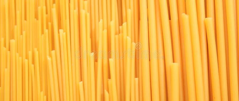 De ongekookte spaghetti en macaroniachtergrond van de deegwarentextuur, banner stock foto