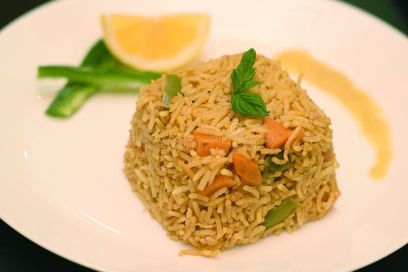 De ongepelde rijst coocked met citroen op witte plaat royalty-vrije stock foto's