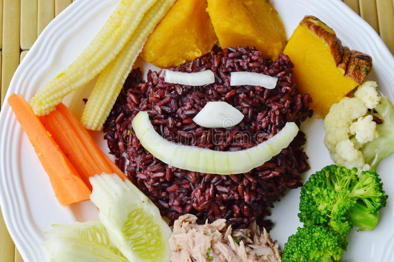 De ongepelde rijst eet met kruidige tonijnsalade en plantaardig schoon voedsel op plaat royalty-vrije stock afbeeldingen