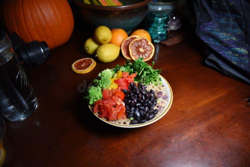 De ongepelde rijst en veggies is gezond stock foto's