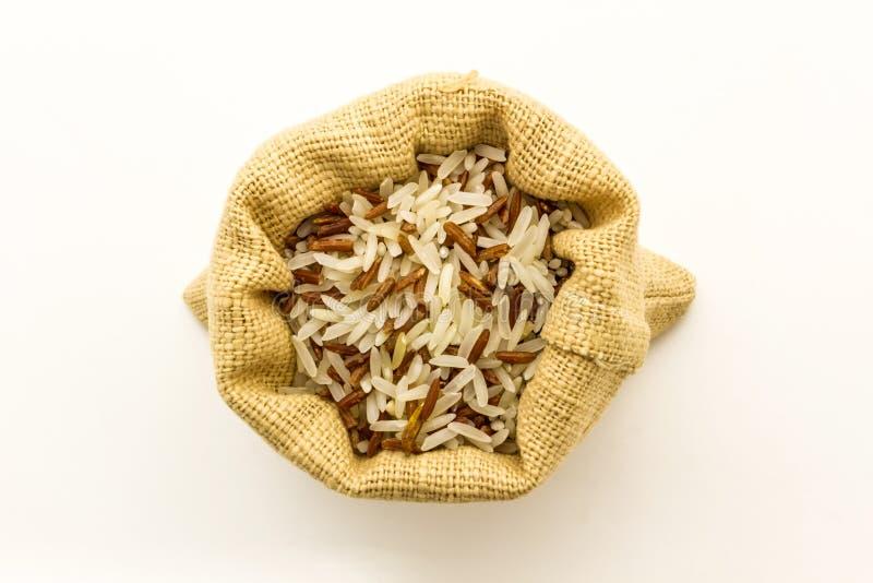 De ongepelde rijst mengde witte (jasmijn) rijst. royalty-vrije stock afbeelding