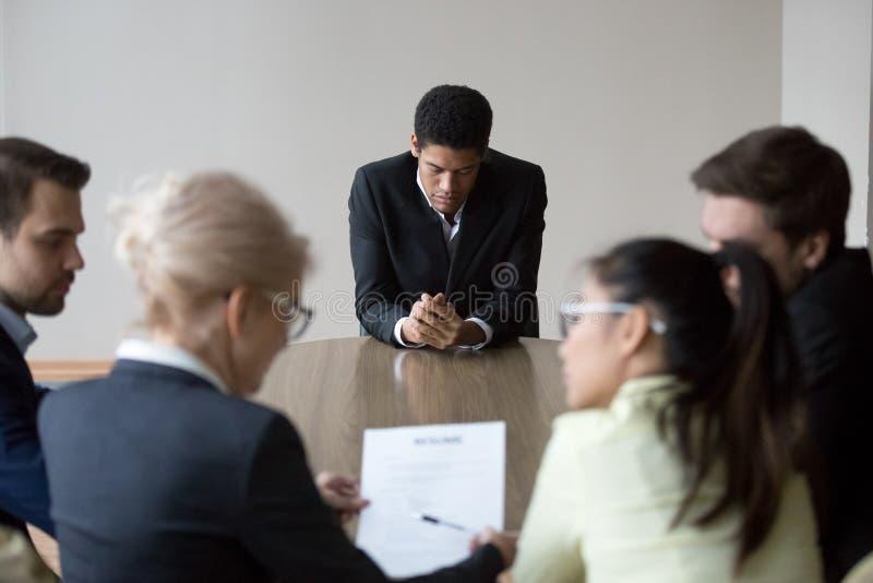 De ongerust gemaakte zwarte kandidaat voelt zenuwachtig wachten voor werkgeversdecisi stock fotografie