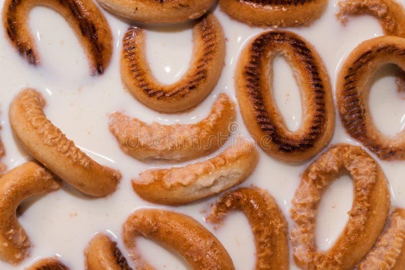 De ongezuurde broodjes doorweken in melk stock afbeelding