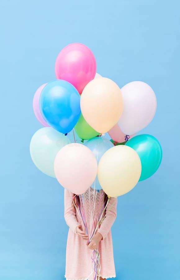 De onherkenbare Ballons van de Meisjesholding royalty-vrije stock foto's