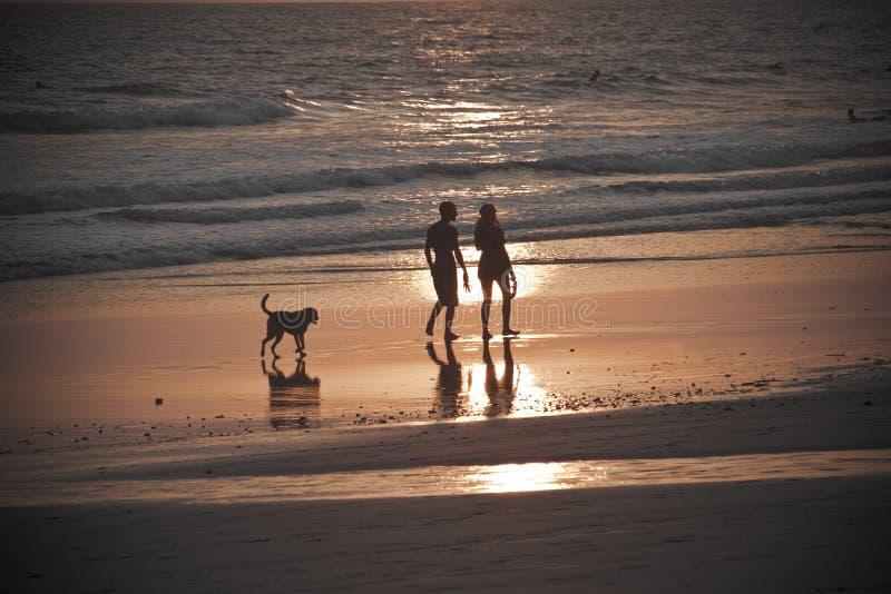 De onherkenbare Gang van het Paar bij Zonsondergang stock foto