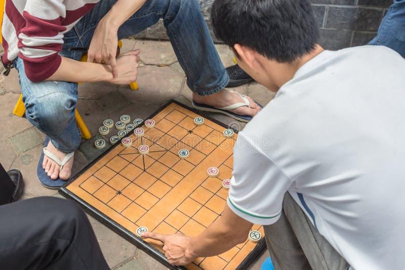 De onherkenbare mens speelt traditioneel die raadsspel als Chinees schaak wordt bekend stock foto's