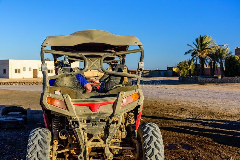 De onherkenbare mensen in met fouten tijdens safari halen in Arabische woestijn niet verre van de Hurghada-stad, Egypte over royalty-vrije stock foto's