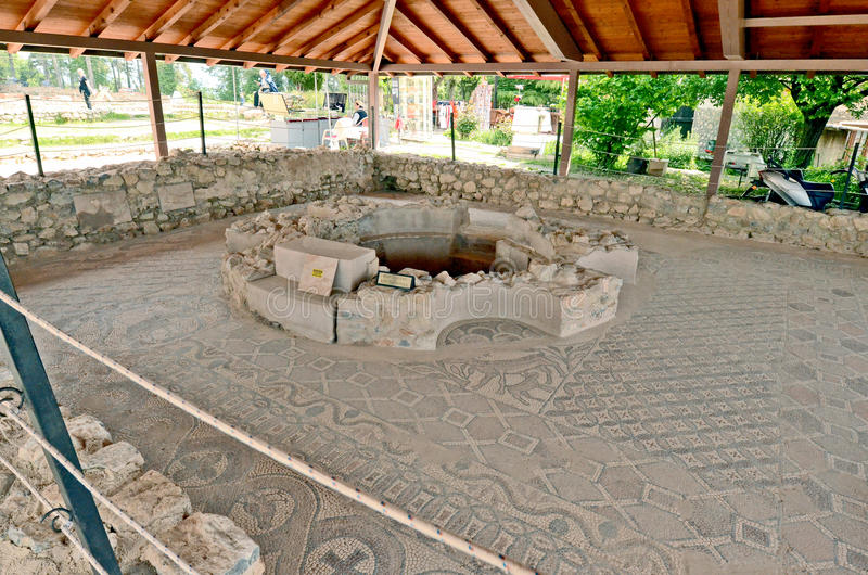 De onlangs gebouwde St Clements Churchn archeologische plaats rond onlangs gebouwde St Clements Church stock afbeeldingen