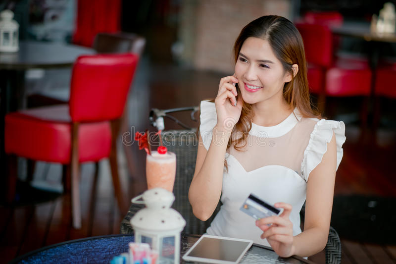 De Online betaling, Meisjes 's handen die een creditcard houden en usin stock afbeeldingen