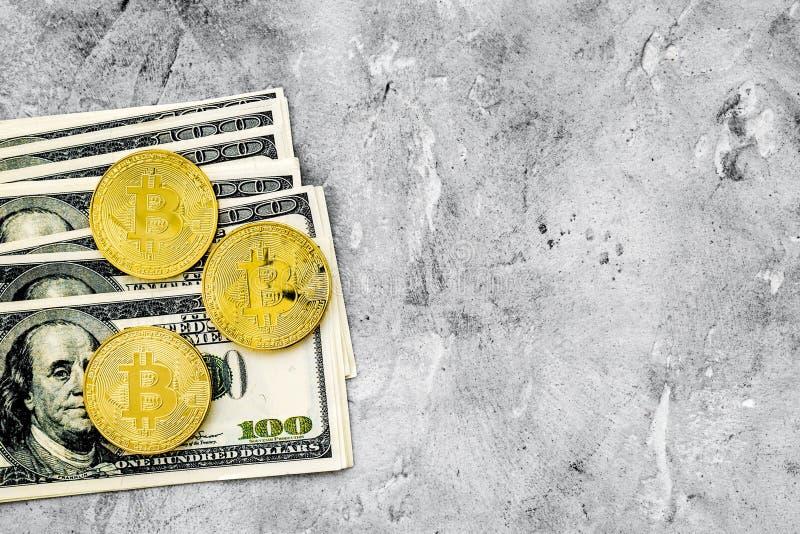De online betaling plaatste met gouden bitcoins en geld op grijs achtergrond hoogste meningsmodel royalty-vrije stock afbeeldingen