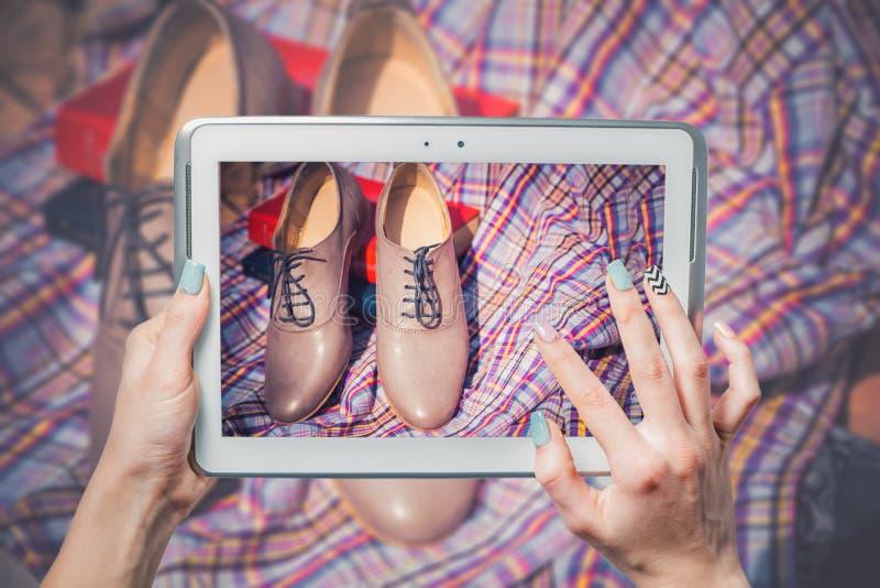 De online verkoop, koopt online schoenen royalty-vrije stock afbeelding