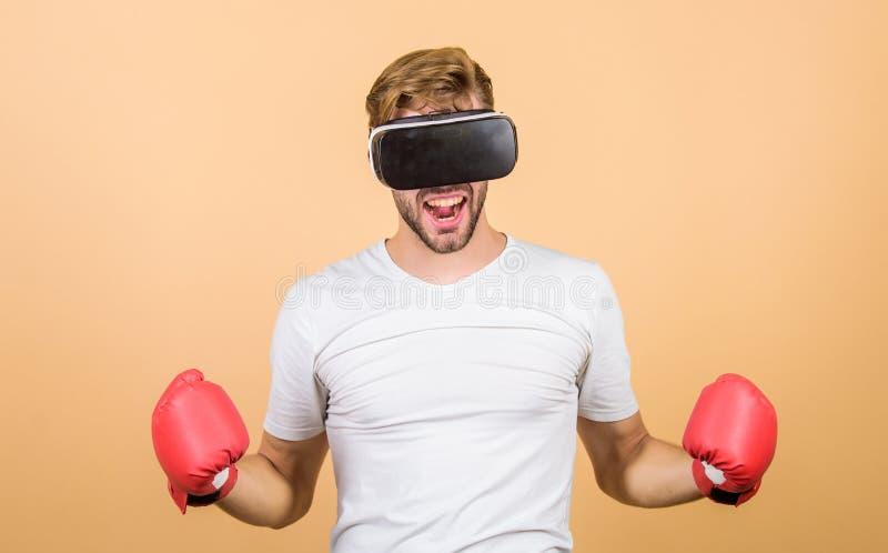 De onlinetraining van de Cyberbus Onderzoek cyber ruimte De bokshandschoenen van de Cybersportman Het spel van het mensenspel in  royalty-vrije stock foto