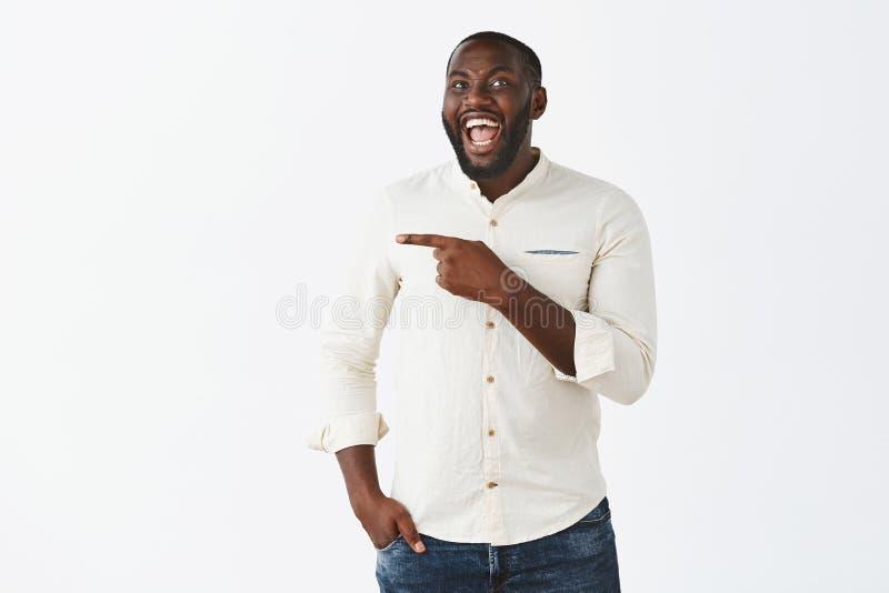 De onopvallende afzetting bekijkt die zonderling Portret van de gelukkige gevoels knappe donker-gevilde mens met baard, luid lach royalty-vrije stock foto