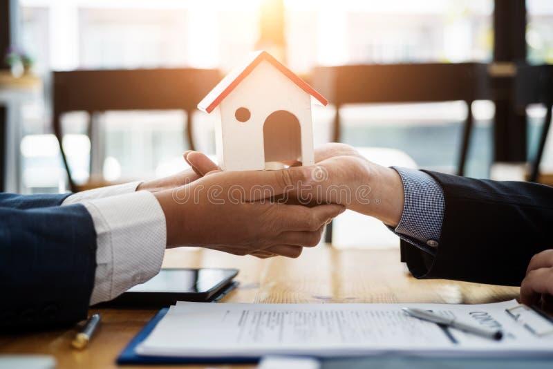 De onroerende goederenmakelaar verklaart contractinvestering alvorens een contractwoonwijk te ondertekenen in bureau contract en  royalty-vrije stock foto