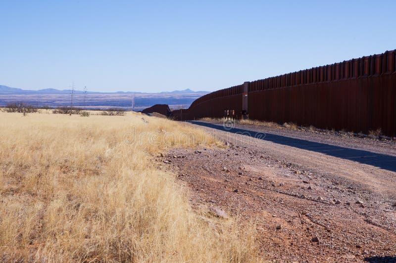 De ons-Mexico grensmuur in de woestijn van Arizona stock foto's