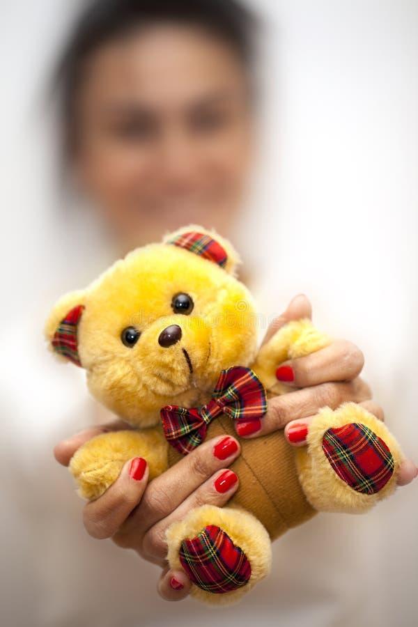 De onscherpe Vrouw houdt Beerstuk speelgoed royalty-vrije stock foto