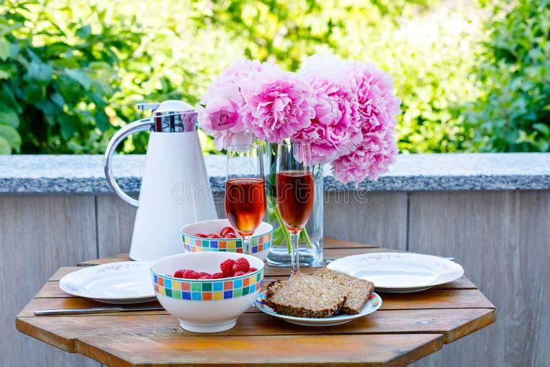 De ontbijtlijst met brood, meest frest groenten en bessen, koffie en champagne diende op balkony of hotel op de zomer royalty-vrije stock afbeeldingen
